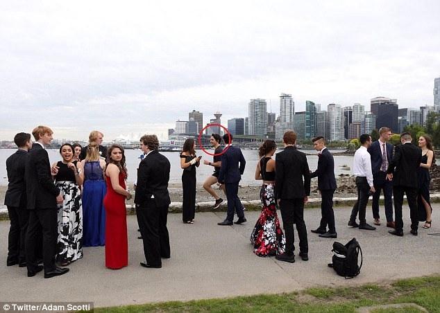 Thủ tướng Trudeau xuất hiện trong ảnh dạ hội của nhóm sinh viên (Ảnh: Twitter)