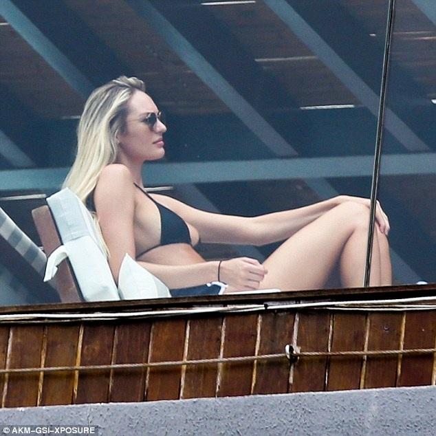 Siêu mẫu 28 tuổi đã tự tin diện áo tắm hai mảnh chỉ sau 5 tháng sinh nở.