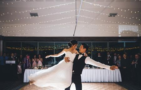 Cặp đôi cùng nhau khiêu vũ trong ngày cưới