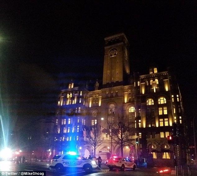 Xe cảnh sát tập trung ở trước khách sạn Trump International sau khi nhận được tin báo về vụ tự thiêu (Ảnh: Twitter)