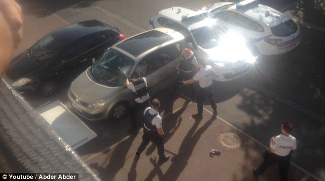 Cảnh sát dùng gậy đập vỡ cửa kính xe ép nghi phạm ra ngoài (Ảnh: Youtube)