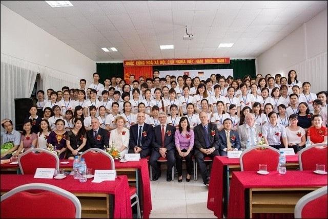 Bà Đào Hồng Lan - Thứ trưởng Bộ Lao động TB&XH chụp ảnh cùng học viên Điều dưỡng tại lễ khai giảng khóa 2 – Chương trình hợp tác đưa Điều dưỡng làm việc tại CHLB Đức. (Ảnh chụp tại Trường Cao đẳng Y Dược ASEAN).