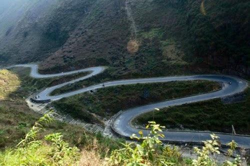 Đường cua ngoằn ngoèo giữa các ngọn núi từ Đồng Văn đi Mèo Vạc