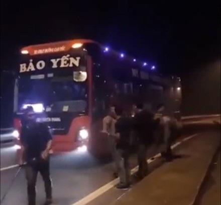 Nhóm thanh niên vác dao, phớ chặn đường, xin tiền trên cao tốc Nội Bài - Lào Cai. (Ảnh cắt từ clip)
