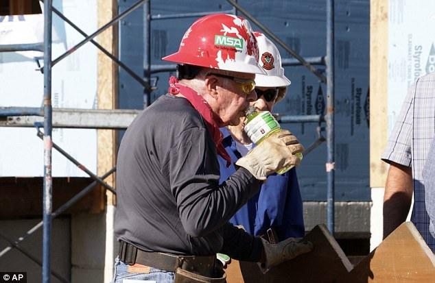 Mặc dù 92 tuổi nhưng ông Carter vẫn dành thời gian cho các dự án vì cộng đồng (Ảnh: AP)