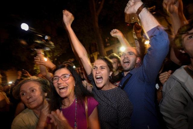 Đám đông ăn mừng kết quả của cuộc trưng cầu dân ý tại Catalonia ngày 1/10 (Ảnh: Reuters)