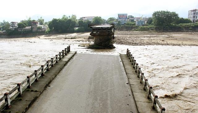 Cầu Ngòi Thia bị gãy sập trưa 11/10 (Ảnh: Trần Thanh).
