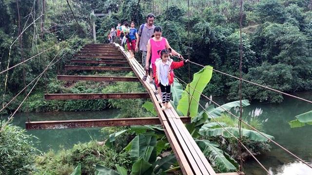 Xã Lỗ Sơn, huyện Tân Lạc (Hòa Bình) có 3 chiếc cầu treo được dựng từ những năm 90 thế kỷ trước. Đến naycả 3 cầu đều đã xuống cấp, đặc biệt cầu treo xóm Bệ nằm ở vị trí quan trọng nhất nhưng bị hư hỏng không thể lưu thông. (Ảnh: Đàm Quang)