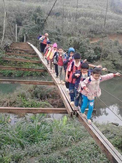 Các em học sinh ở xã Lỗ Sơn phải vượt suối bằng những cây cầu nguy hiểm (ảnh: Đàm Quang)