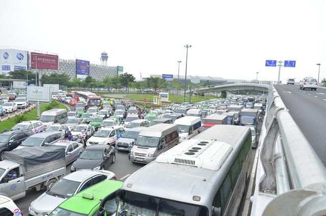 Bất chấp chiếc cầu vượt thép giải cứu kẹt xe cửa ngõ sân bay Tân Sơn Nhất vừa mới được đưa vào sử dụng, tình trạng kẹt xe nghiêm trọng tại các tuyến đường quanh sân bay vẫn tiếp diễn. (Ảnh: Đình Thảo)
