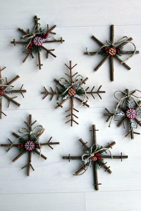 Nếu muốn một chút gì đó thật tự nhiên và mang vẻ đẹp mộc mạc thì những nhánh cây nhỏ sẽ là nguyên liệu phù hợp nhất cho món đồ trang trí của bạn và để đúng với không khí ngày lễ Giáng Sinh, hãy cố gắng tìm cho mình một vài nhánh thông và kết chúng lại thành những bông tuyết như hình minh họa.