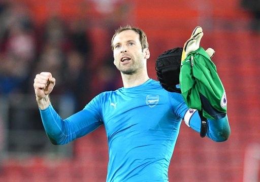 Cech ăn mừng chiến thắng của Arsenal trước Southampton vào giữa tuần
