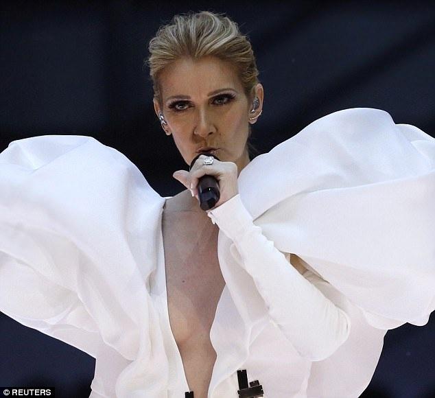 Nữ danh ca Celine Dion bất ngờ tái xuất trên sân khấu lễ trao giải Billboard diễn ra hôm nay tại Mỹ