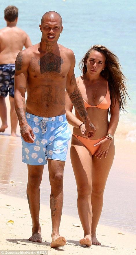 Nam người mẫu Jeremy Meeks, 33 tuổi và bạn gái Chloe Green, 26 tuổi đang tận hưởng kỳ nghỉ tại Barbados