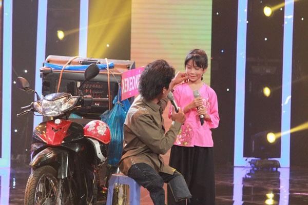 Cẩm Ly, Đại Nghĩa cảm động trước hai cha con ngồi xe lăn, bán kẹo kéo - 3