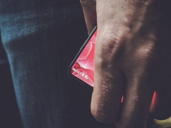 """Chiếc smartphone với viền màn hình siêu mỏng vừa được """"cha đẻ"""" Android khoe trên trang Twitter của mình"""