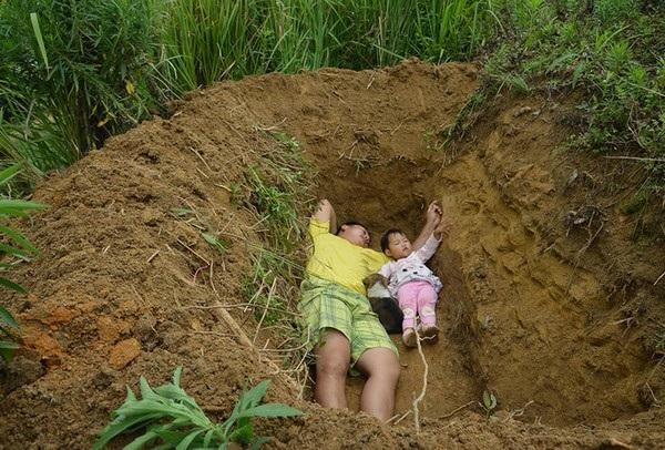 Câu chuyện cha đào mộ cho con gái 2 tuổi khiến cộng đồng mạng rơi nước mắt - 1