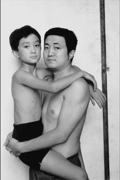 Bức ảnh năm 1997 là năm cuối cùng cậu bé Tian Li còn được cha bế để chụp ảnh chung