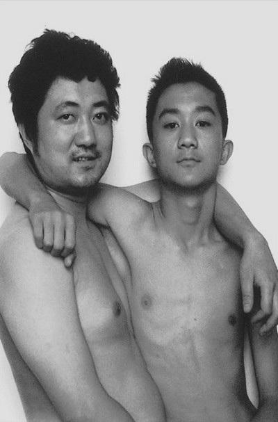 Năm 2001, cha con Tian Li giống như những người bạn