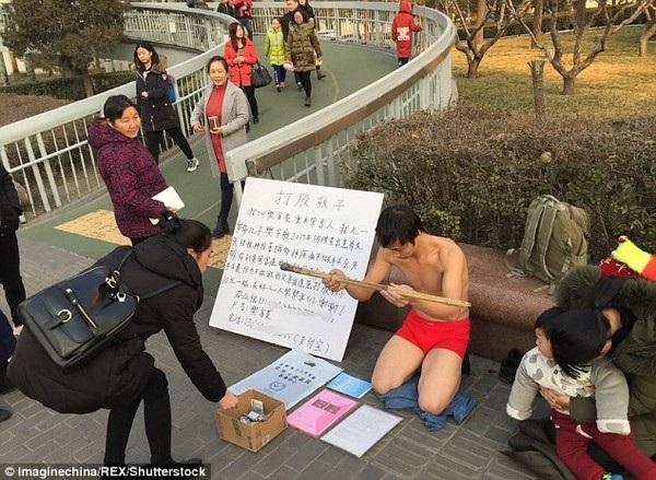 Nhiều người qua đường đã ủng hộ Fan mà không hề cầm roi đánh anh như những gì anh cầu xin