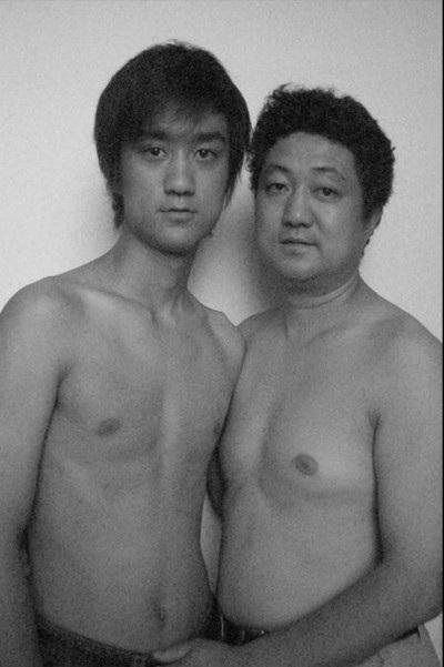 Dù đã đi học xa nhưng những bức ảnh của cha con Tian Li vẫn tiếp tục. Bức ảnh chụp vào mùa hè năm 2005 khi cậu nghỉ hè về thăm gia đình