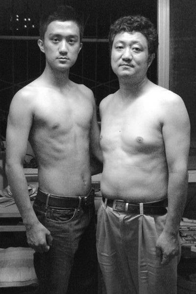 Năm 2007, Tian Li tốt nghiệp trường Cào đẳng ngành đạo diễn phim. Bức ảnh này được chụp vào mùa đông, thay vì mùa hè như những bức ảnh khác, nhưng hai cha con vẫn cởi trần để giữ nguyên phong cách chụp ảnh