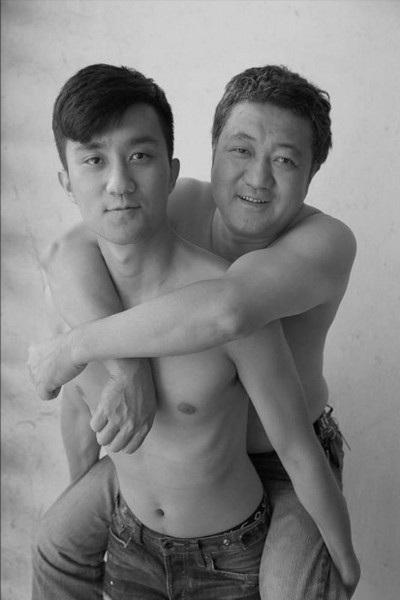 Tian Li cõng cha trong bức ảnh chụp năm 2013