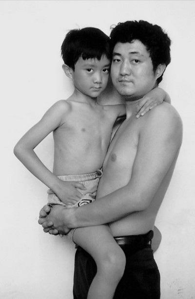 Bức ảnh năm 1994 dần cho thấy sự thay đổi của hai cha con theo thời gian