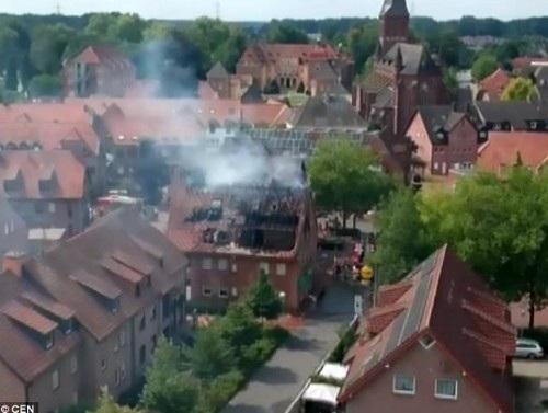 Hiện trường vụ cháy khiến nhiều căn hộ bị phá hủy, may mắn không có thiệt hại về người