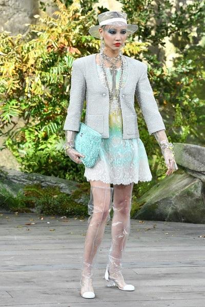 Chanel lăng xê chất liệu nhựa tại tuần lễ thời trang Paris - 16