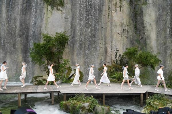 Chanel lăng xê chất liệu nhựa tại tuần lễ thời trang Paris - 18