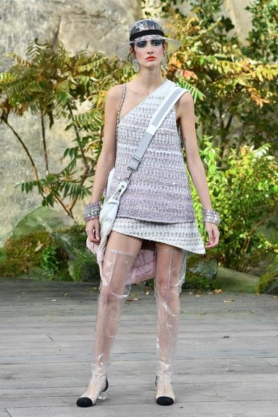 Chanel lăng xê chất liệu nhựa tại tuần lễ thời trang Paris - 23