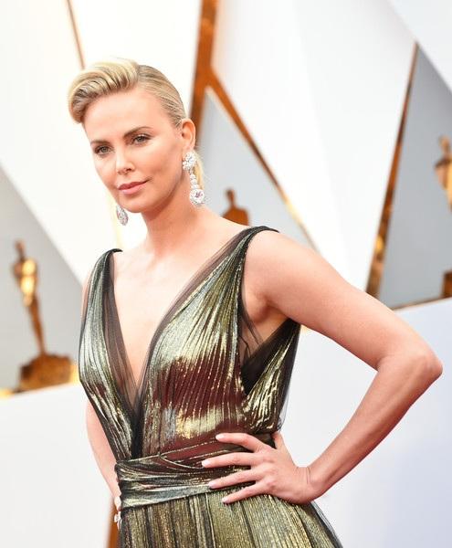 Nữ diễn viên 41 tuổi diện váy Dior, đi giày Gianvito Rossi và đeo nữ trang Chopard