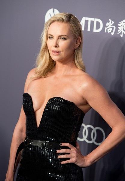 Nữ diễn viên 42 tuổi trẻ đẹp và lôi cuốn trước ống kính của phóng viên ảnh