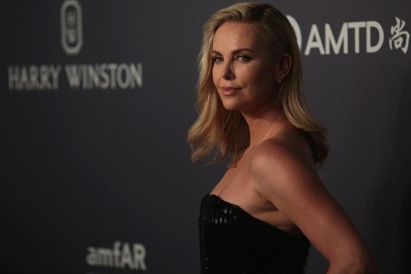 Ngôi sao từng giành giải Oscar khoe vẻ đẹp kiêu sa và lôi cuốn trong chiếc váy đen gợi cảm
