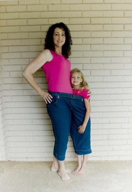 Charlotte và con gái cùng chui vừa trong chiếc quần ngày xưa