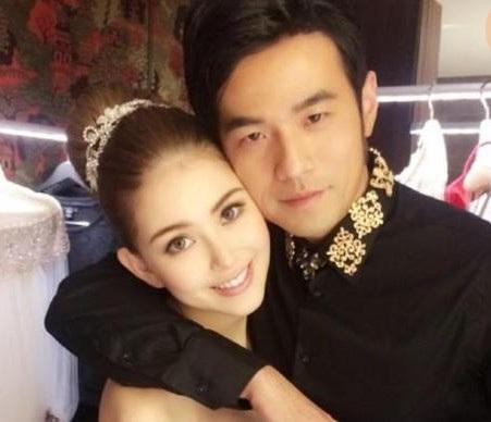 Châu Kiệt Luân và Hannah hò hẹn được 4 năm trước khi quyết định đi tới hôn nhân. Khi bắt đầu làm bạn gái của ông hoàng nhạc Pop xứ Đài, Hannah mới chỉ là một người mẫu 19 tuổi và bước đầu chập chững bước vào làng giải trí. Hai người tổ chức đám cưới đẹp như mơ tại nhiều địa điểm trên thế giới vào đầu năm 2015.