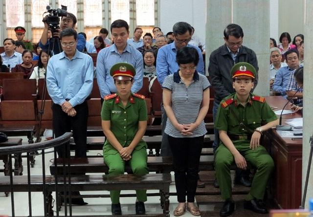 Cựu ĐBQH, cựu CT HĐQT Housing Goup Châu Thị Thu Nga cùng đồng phạm đứng nghe toà tuyên án.