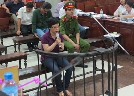 Vì lí do sức khoẻ, chiều 6/10, bị cáo Châu Thị Thu Nga được Toà cho ngồi trả lời thẩm vấn.