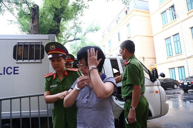Bị cáo Châu Thị Thu Nga luôn né ống kính phóng viên.