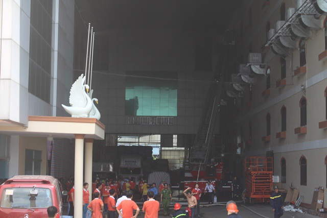 Cháy lớn tại công ty may, khói đen đặc một vùng.