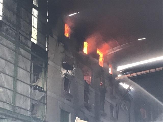 Bên trong công ty ngọn lửa vẫn cháy đỏ rực