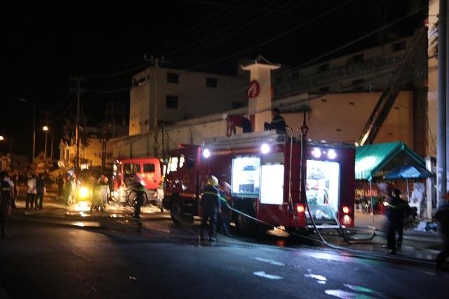 Lực lượng chức năng đang tham gia chữa cháy đêm 26/3 (Ảnh: Phạm Tâm)