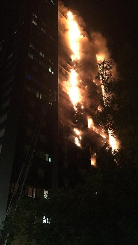Các nhân chứng cho biết vẫn còn nhiều người mắc kẹt bên trong tòa nhà và lực lượng cứu hỏa đang nỗ lực hết sức để đưa các cư dân sống trong tòa nhà ra ngoài.