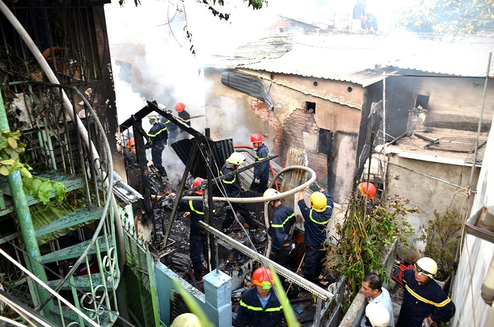 Cháy nhà trong hẻm, một người tử vong - 1