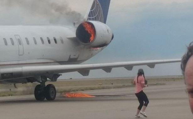 Động cơ máy bay United Airlines bốc cháy. (ẢNh: Telegraph)