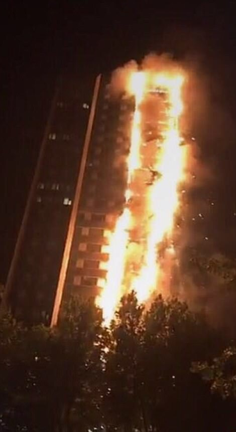 Một số vật thể rơi từ bên trong tòa nhà ra ngoài khi vụ cháy xảy ra.