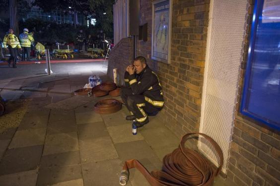 Sự mệt mỏi lộ rõ trên gương mặt của một người lính cứu hỏa (Ảnh: Dailymail)