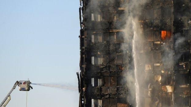 Trong khi lửa phía bên ngoài tòa nhà tạm thời bị dập tắt thì ở bên trong lửa vẫn đang âm ỉ cháy. (Ảnh: Guardian)