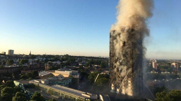 Tòa tháp 24 tầng chìm trong khói đen (Ảnh: Telegraph)